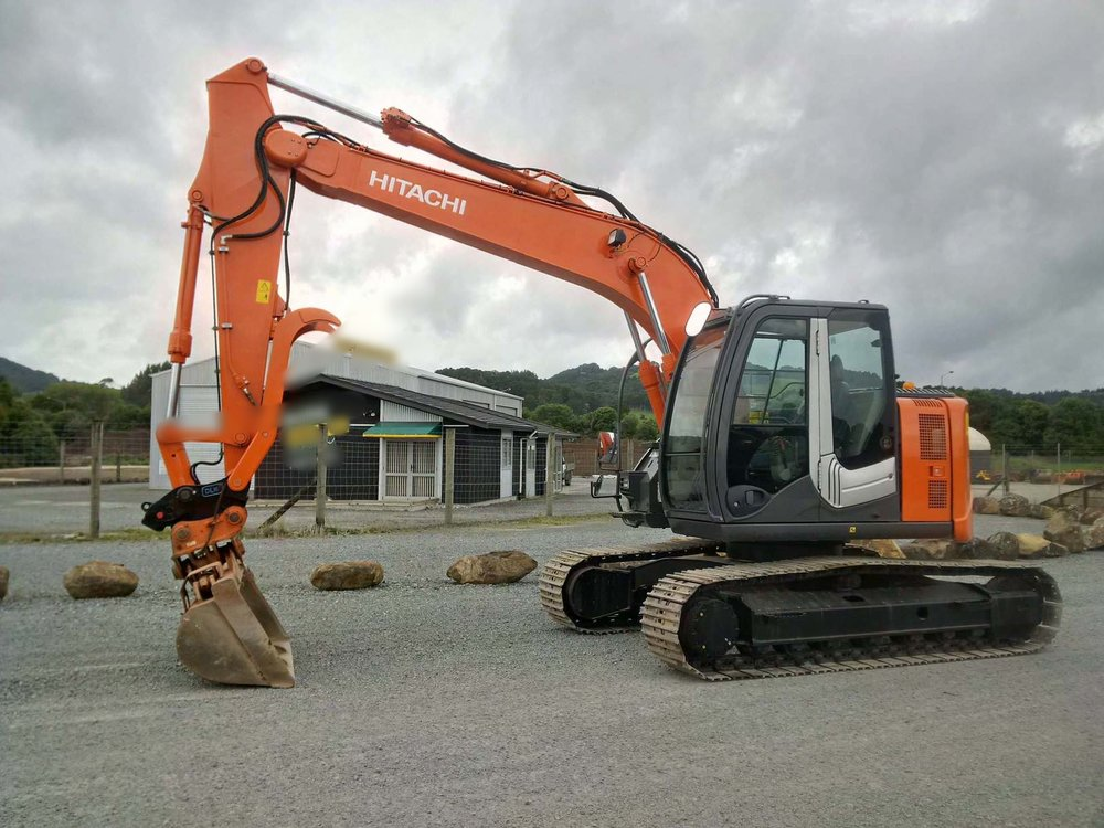 Hitachi ZX135US-3 fitted with hydraulic hitch, NSP tilt bucket & Bison Powerclamp thumb