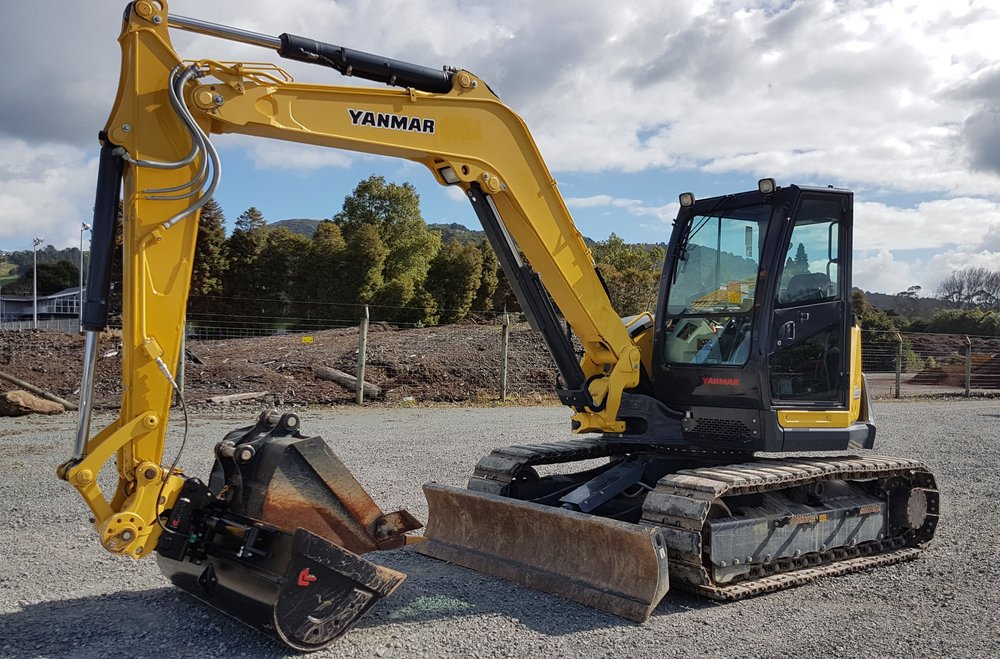 Yanmar SV100-5B fitted with hyd hitch & Robur tilt bucket - only 330 hours!