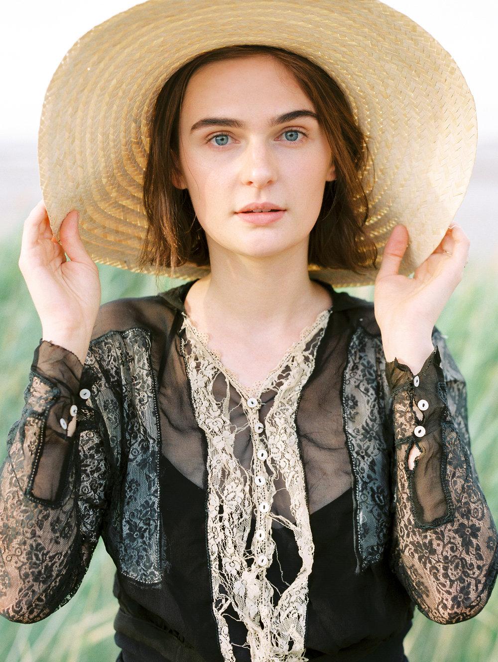 film-editorial-vintage-black-dress_0068.jpg