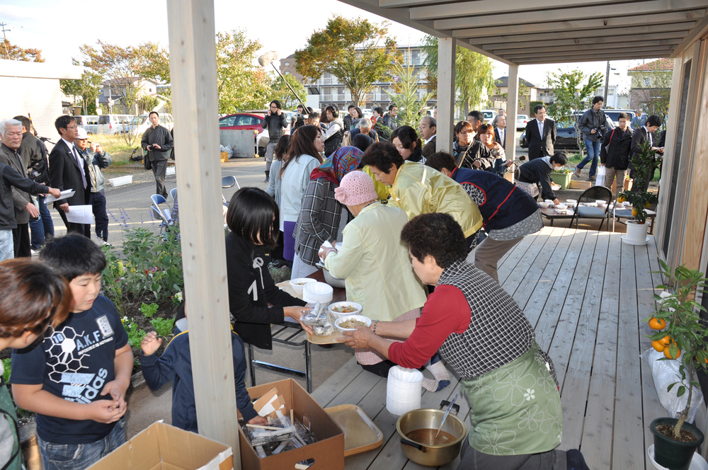 Sendai_3_People-living-in-the-temporary-house-served--traditionl-soup-after-the-ceremony.jpg