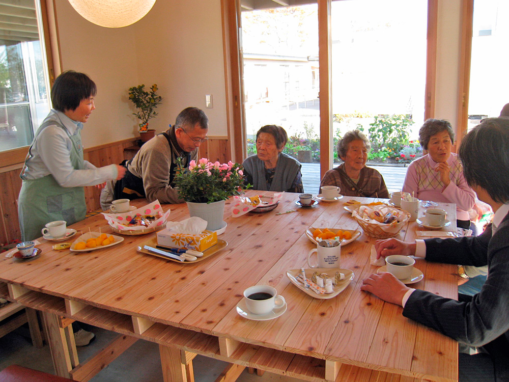 Sendai_5_People-living-in-the-temporary-house-enjoy-the-table-talk.jpg