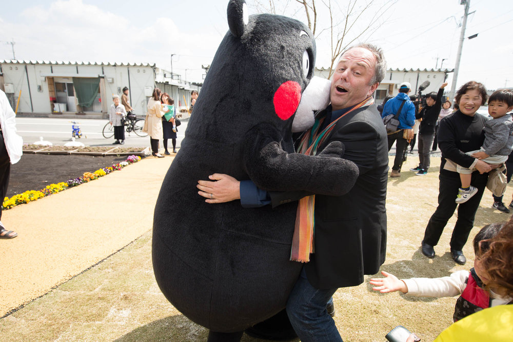 くまモンと戯れるマークさん Mark Dytham having a hug with Kumamon