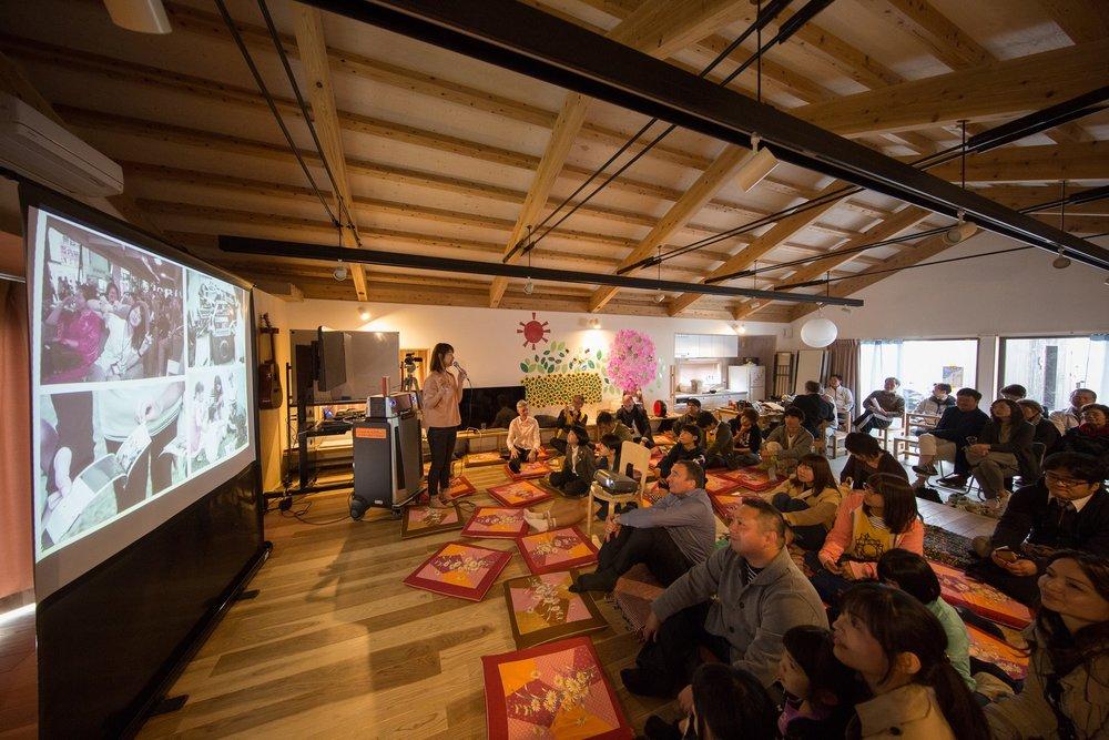 非営利団体PHOTOHOKU共同代表の吉川 優子氏 東北だけでなく、竜巻被害のあったアメリカ オクラホマ州や台風、地震被害のあったフィリピンなどでも活動した時の被災地の話をしていただきました。熊本もPHOTOMOTOというプロジェクト名を作り、今後も熊本に訪問して写真をプレゼントし続けます!と宣言してくれました。