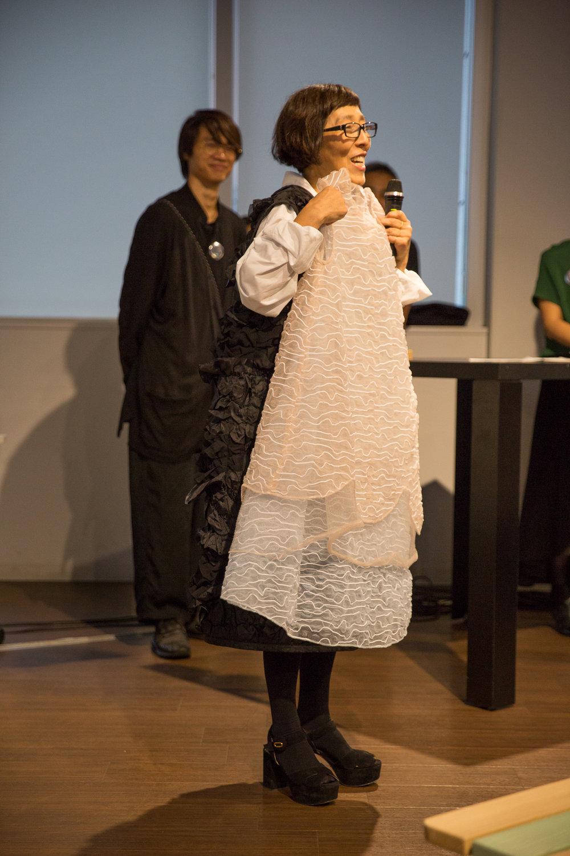 オークション用ドレスをご自身で説明する妹島和世さん。こちらまだ11/5までのオンラインオークションで購入可能です!  Kazuyo Seijima is showing off the dress for the auction. The online auction goes on till 11/5.