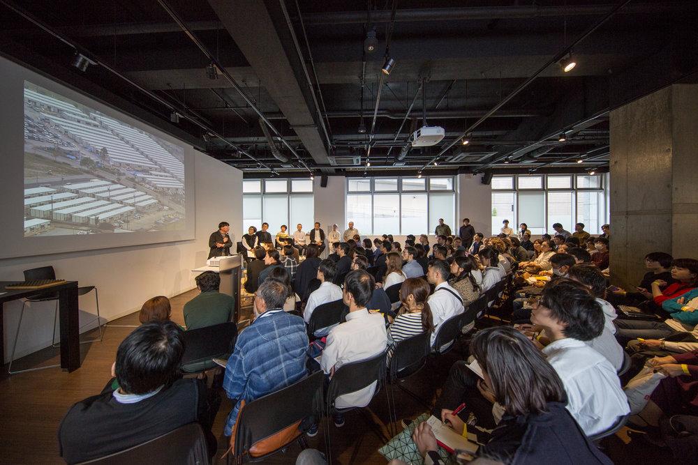 トークイベントの様子 - 登壇者は、伊東豊雄、妹島和世、藤森泰司、千葉学、アトリエ・ワン、槻橋修、クライン ダイサム アーキテクツ the HOME-FOR-ALL conference – guest speakers included toyo ito, kazuyo sejima, taiji fujimori, manabu chiba, atelier bow-wow, osamu tsukihashi, and klein dytham architecture