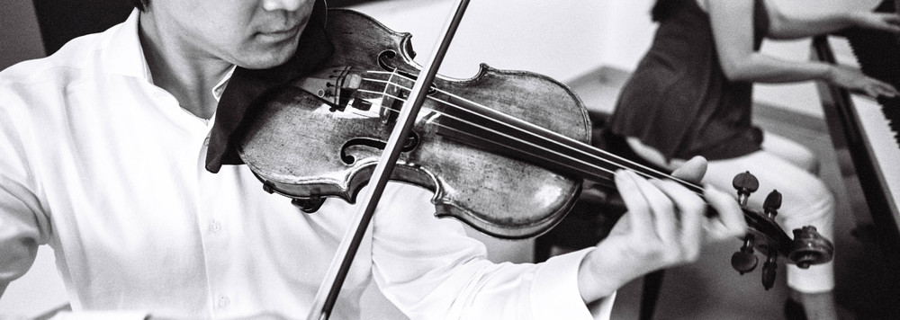 Being able to see with panoramic frame lines, it was natural to frame the violin in this manner.