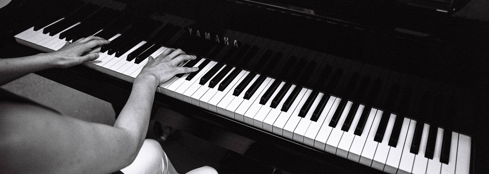 Being able to frame panoramically, it is easy to be playful in composition.Here, I placed the pianist on the far left, so I could put emphasis on the empty keys on the right.