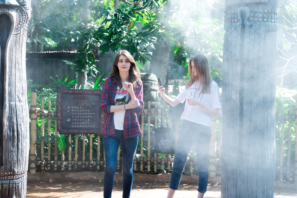 The spray of water mist made focus in auto mode more difficult, since it again reduced the contrast of Anna and Lessy's face.