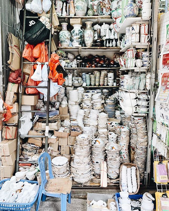 definitely a lot to look at while in Hong Kong's Sai Ying Pun neighborhood 🍚 this tiny ceramic shop is on the corner of Queen's Road West & Centre Street 🇭🇰