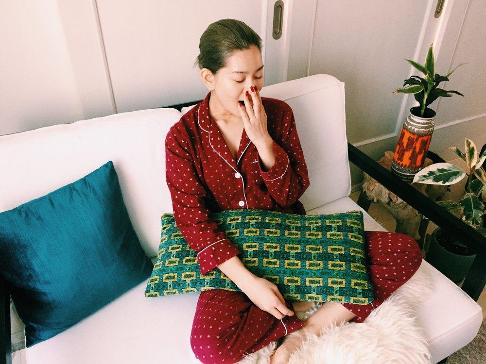 「ふぁ〜っ」とあくびをするLENAさん。お気に入りのパジャマは「シャツタイプじゃなきゃ寝られないんです(笑)」とこだわりだそう。