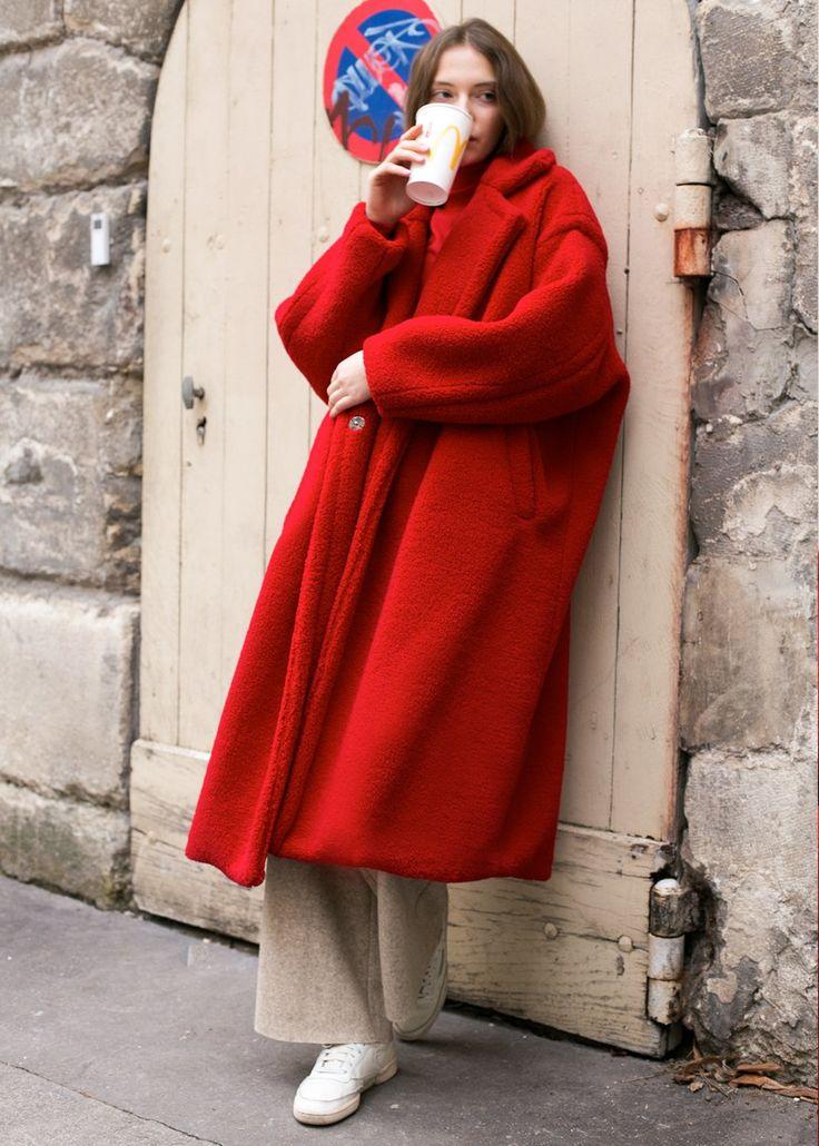 真っ赤なコートは冬の暗い街中でも一際目立ちますね!  出典:Pinterest