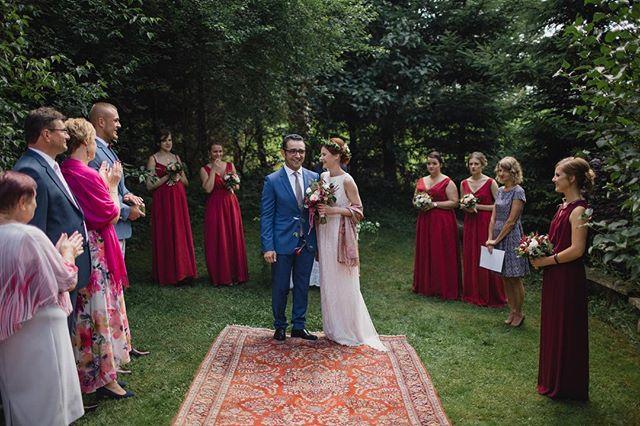 Ceremonia plenerowa w zakątku pięknego ogrodu, ogromny dywan orientalny i ciągle śmiejący się Oni 🌿 Nawet ja uroniłam małą łezkę, bo klimat był niesamowity 😍