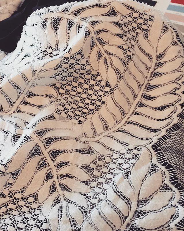 Détails de dentelle pour la prochaine collection... délicate, féminine, moderne, à l'image des femmes qui inspirent la marque. #dentelle #details #fashion #love #elegance #frenchgirl #frenchdesigner #trend #paris #workinprogress #comingsoon