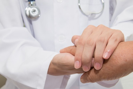 43763052_S_doctor_patient_shaking_hands_senior.jpg