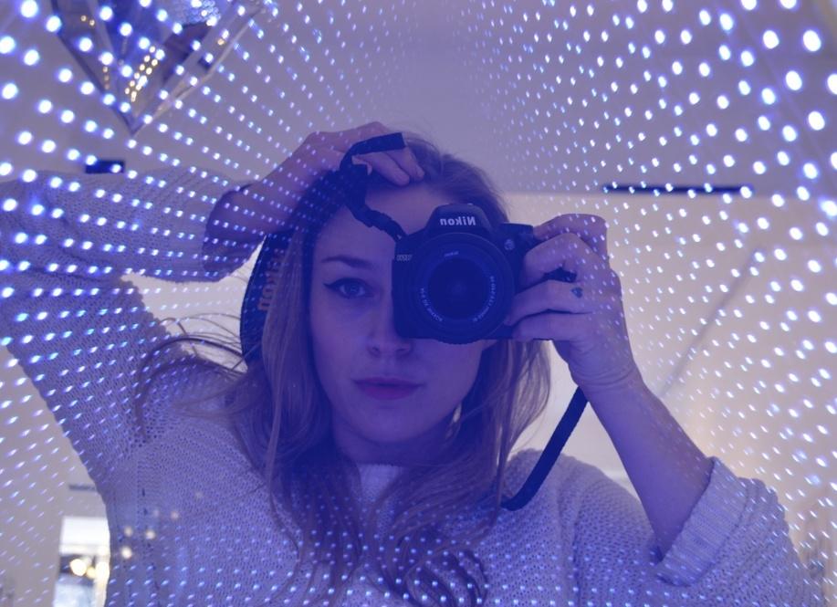 Sydney Krause - Sydney Krause, alias Electrical Engineer Barbie, a débuté sa carrière en tant que designer de mode et travaillé à Los Angeles et New York. Ces temps-ci, elle est réalisatrice, conceptrice de costumes, monteuse et productrice. On la connaît surtout pour son travail sur Rainbow Dream Cloud, une petite boîte de design basée dans son studio, ainsi que pour Motelscape, une co-création artistique réalisée en collaboration avec 3 autres artistes féminines, ayant connu un grand succès à Art Basel en 2015. Si elle en est à ses débuts dans le monde du néon, la lumière et l'électricité ont toujours inspiré son travail comme une sorte de fil conducteur.