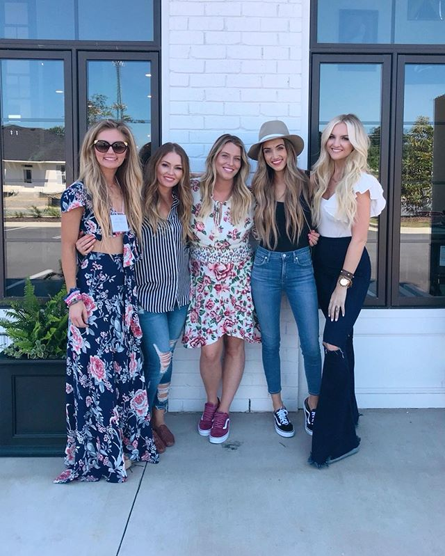 Today was a dream! ✨ We got to hang with THE @bombshellextensions crew & these girls did not disappoint, the hair queens 👸🏼 @bombshellextensions @hairby_gela @blohaute 💕