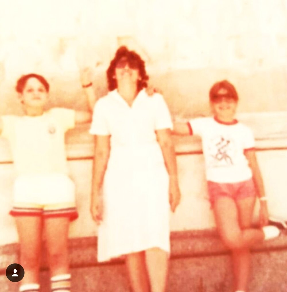 That's me on the right, with my beautiful mom and brother, wearing the knotted shorts i made with the McCall's pattern. I was only eight years old!