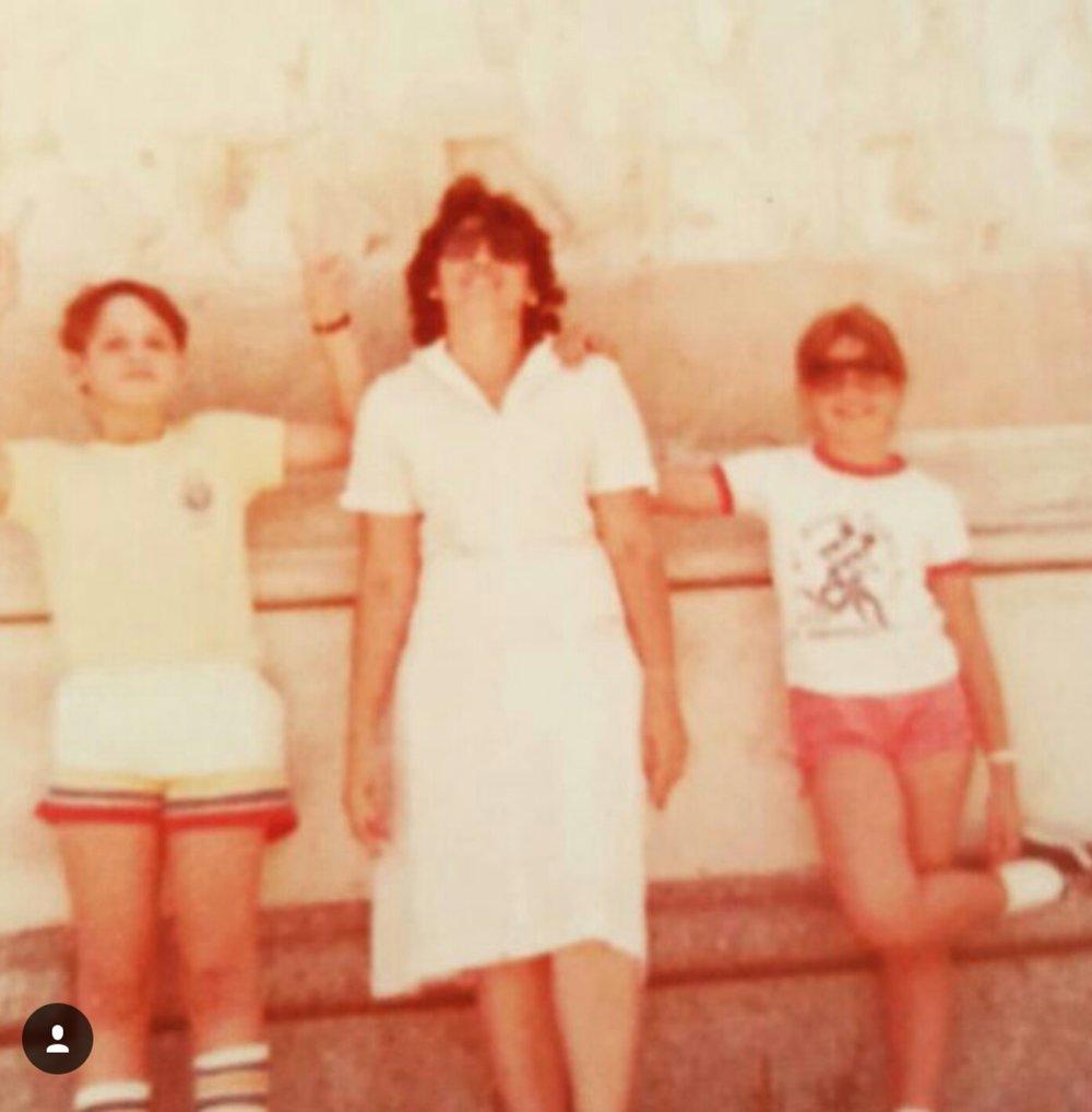Esa soy yo a la derecha, junto a mi hermano y madre, cuando tenia solo 8 años, en nueva york. visto los pantaloncitos con amarres que cosi usado el patron mccall's... el tiempo vuela!.