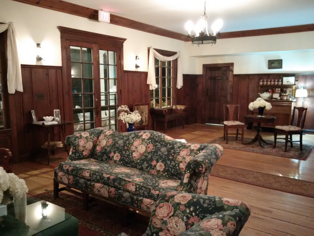 the lobby of the historic lakewood inn restaurant, right next door to colony house inn