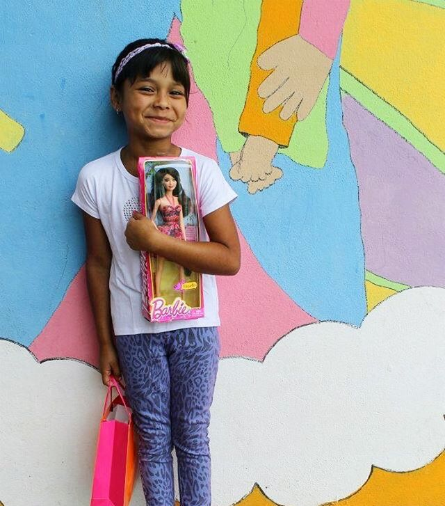 this little cutie is all smiles in her new clothes, @barbie and accessories! #stylesaves #nicaragua #getinvolved 🎀😇💕