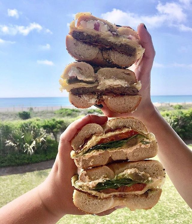 Ways to have a great Monday: 1. Call out sick (ex: *cough* I'm sick) 🤒 2. Get one (or six) bagels from Beach Bagels 🤤 3. Go to the beach and enjoy your yummy meal ☀️ • • 📸 @linnndsc ❤️