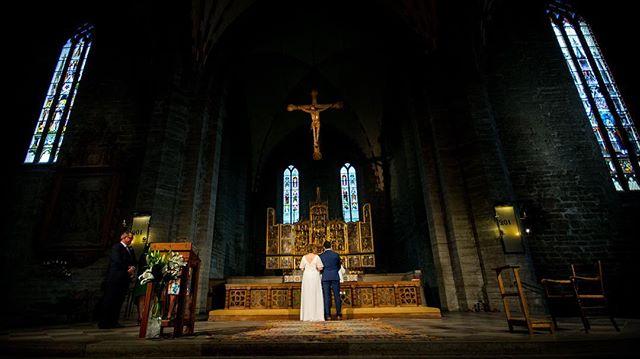 Vadstena klosterkyrka... Alltså, vilken kyrka! Den var en otrolig bakgrund till en väldigt speciell stund för alla som vittnade @coachgomez82 och Kajsas bröllop.