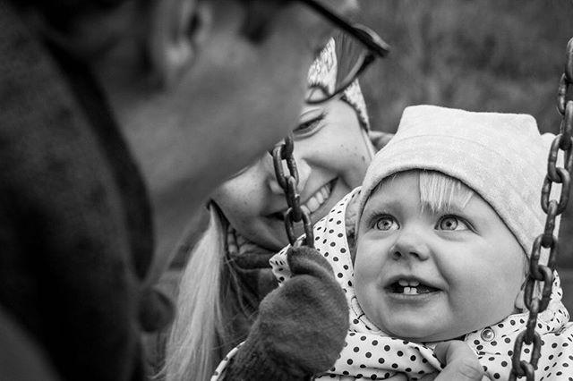 """Hej pappa!"" Vad de busar med varandra! Så fint att se ett sådant leende.⠀ ⠀ #ig_kids #insideooutside #motherhood #familyfirst #makeportrait #childrenphotography, #familyphotography #justmomlife #littleandbrave #lifestylephotocollective #atdiff_kids #porträtt #fotograf #familjfotograf #familjfoto #barnfotograf #barnporträtt #familj #barnfoto #barn #stockholm #makeportraits #family #portraitphotography #portraitmood #portraiture #parenting #candidchildhood #momtogs #familjfotografering"