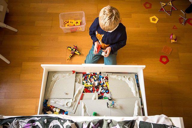 Jag minns själv som barn hur upptagen jag kunde vara i min egen Lego låda. Så många möjligheter med saker att skapa, slå sönder och förbättra. Med mina egna barn återupplivar jag min barndom genom sina ögon, och vad spännande det är att kunna känna de känslorna återigen.⠀ ⠀ #ig_kids #insideooutside #motherhood #familyfirst #makeportrait #childrenphotography, #familyphotography #justmomlife #littleandbrave #lifestylephotocollective #atdiff_kids #porträtt #fotograf #familjfotograf #familjfoto #barnfotograf #barnporträtt #familj #barnfoto #barn #stockholm #makeportraits #family #portraitphotography #portraitmood #portraiture #parenting #candidchildhood #momtogs #familjfotografering