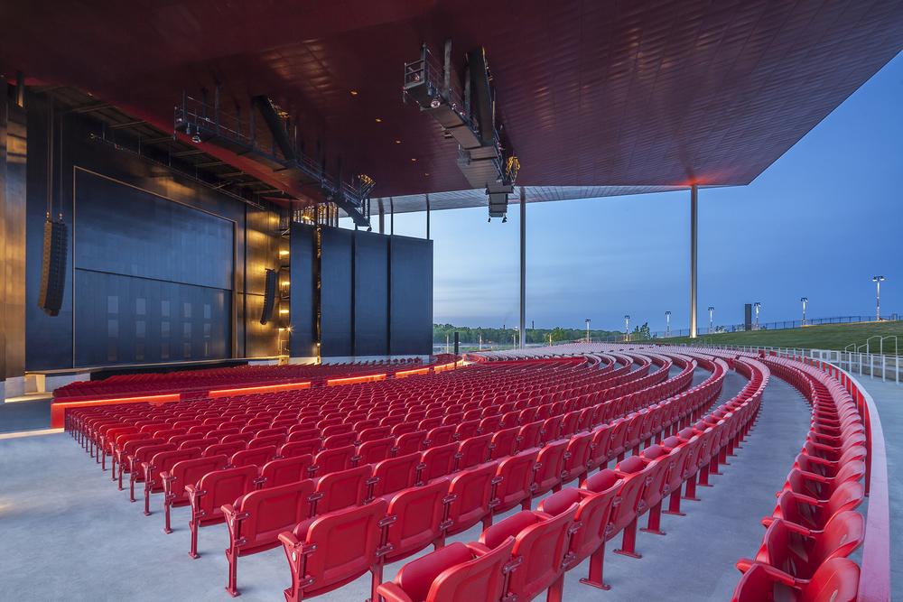Photo prise le 6 juin 2015, un mois avant l'ouverture officielle de l'amphithéâtre. Crédit photo © Marc Gibert – adecom.ca
