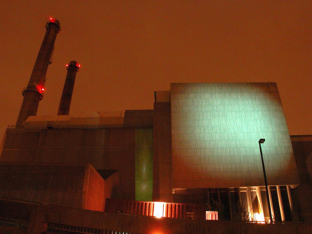 Projections et éclairage sur les murs de l'incinérateur. Crédit photo © Marc Gibert