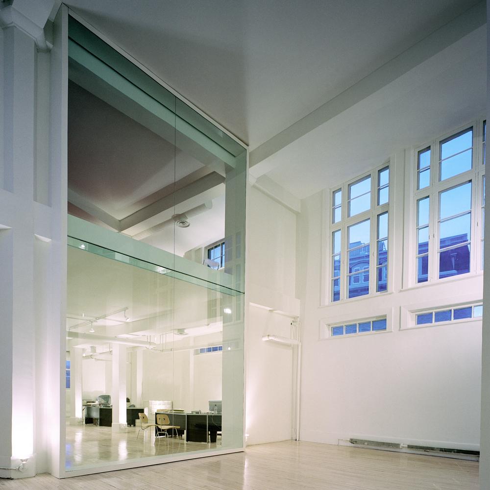 Les fenêtres originales sur les côtés sont découvertes. Une nouvelle paroi de verre sépare les bureaux de l'espace événementiel. Crédit photo © Marc Cramer