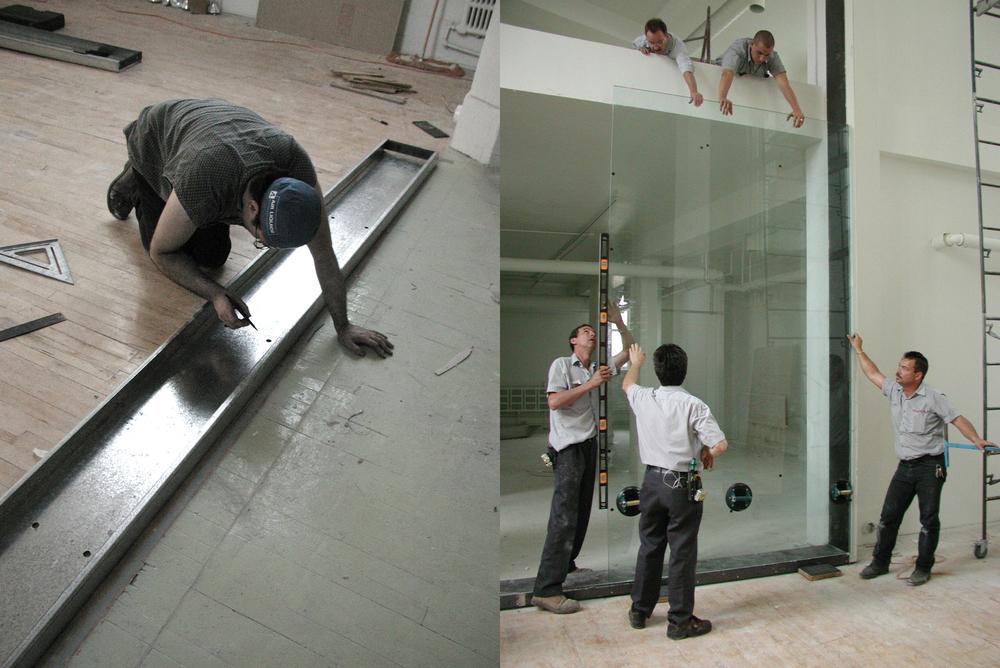 Installation du cadre sur le plancher et de la première vitre. Photo chantier © Paul Laurendeau.