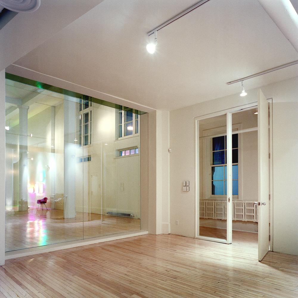 La vitrine vue de l'espace des bureaux sous la mezzanine. Crédit photo © Marc Cramer.