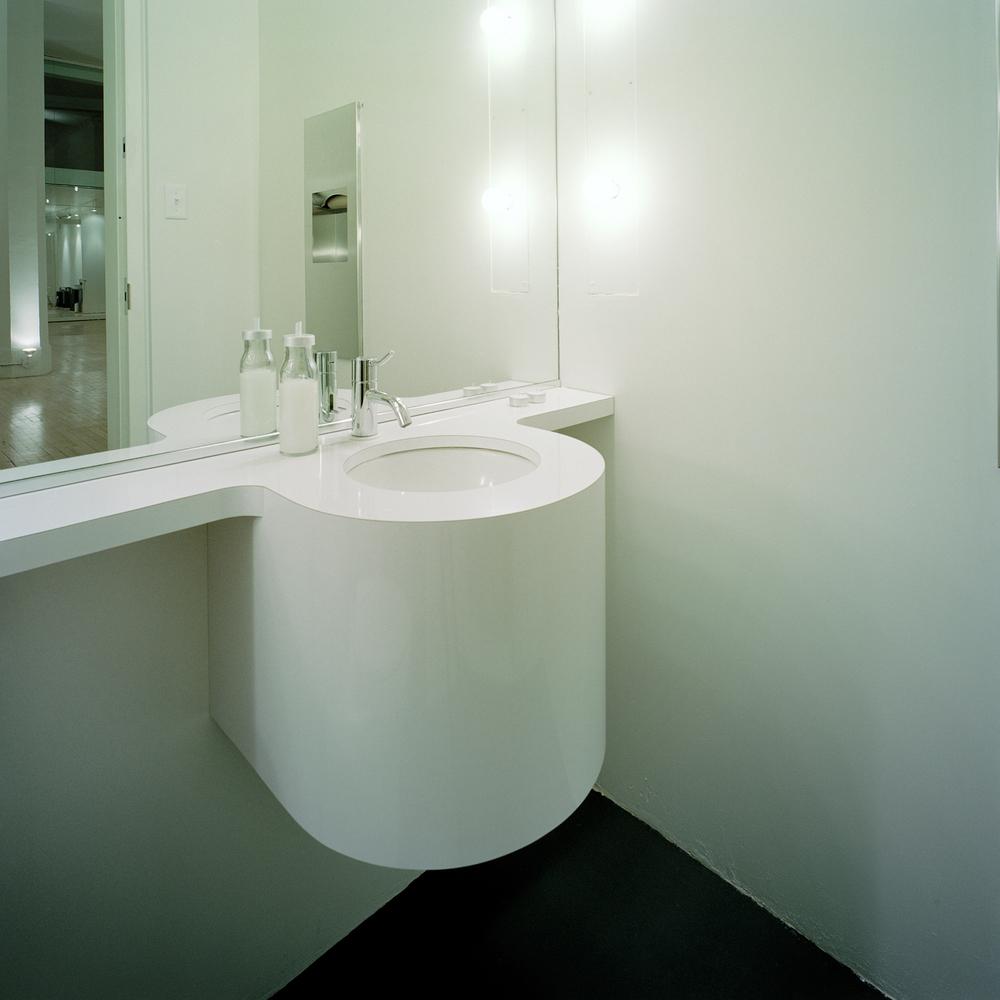 Des ampoules de type A19 produisent un éclairage omnidirectionnel ambiant dans les deux toilettes publiques. Crédit photo © Marc Cramer.