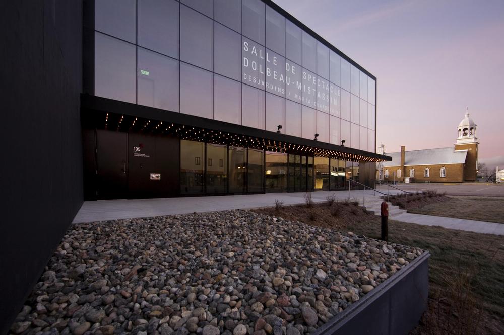 Vue de la façade avant avec la marquise traditionnelle. Le titre du bâtiment est écrit sur le vitrage. Crédit photo : Marc Gibert – adecom.ca