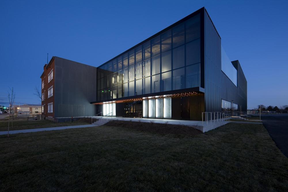 Vue du nouveau théâtre sur le site de l'ancienne école. Crédit photo © Marc Gibert.