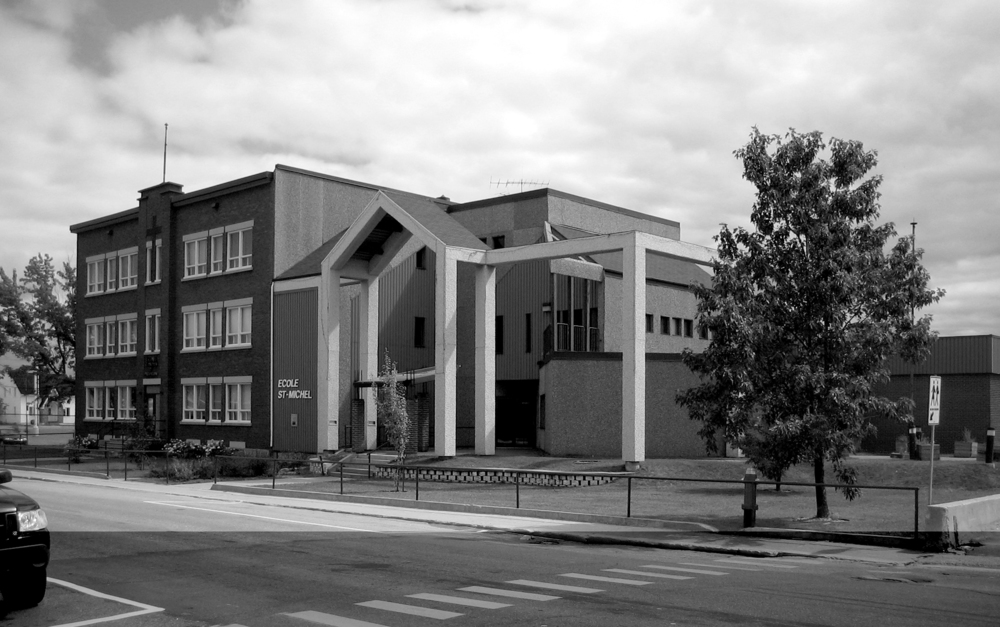 Vue de l'école Saint-Michel en 2005, conçue par l'architecte Jean-Claude Lebeuf, un an avant son remplacement.
