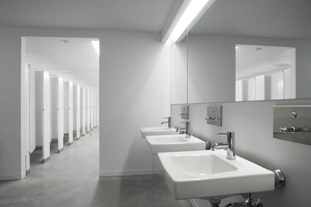 Vue des nouvelles toilettes construites dans l'espace en sous-sol de l'ancien gymnase. Crédit photo © Marc Gibert – adecom.ca