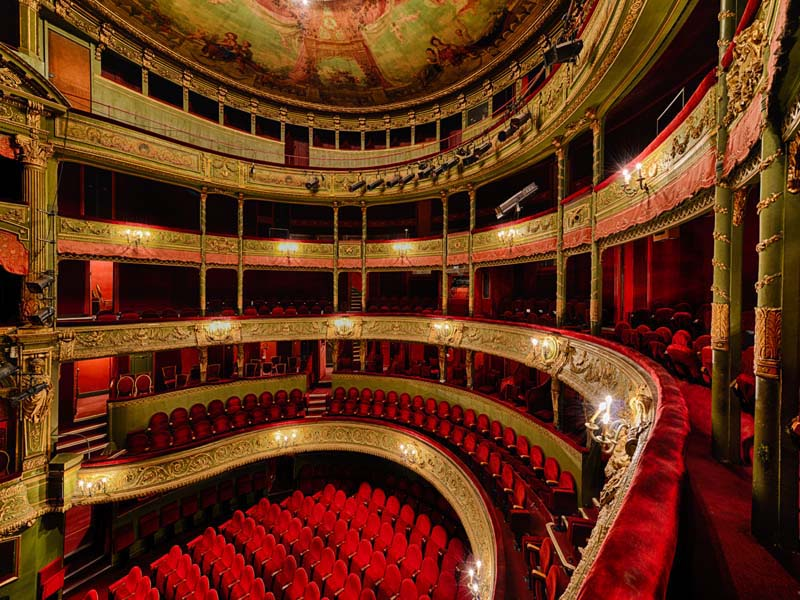 Théâtre Marie Bell à Paris comme référence. Des petits balcons intimes forment les murs de la pièce.