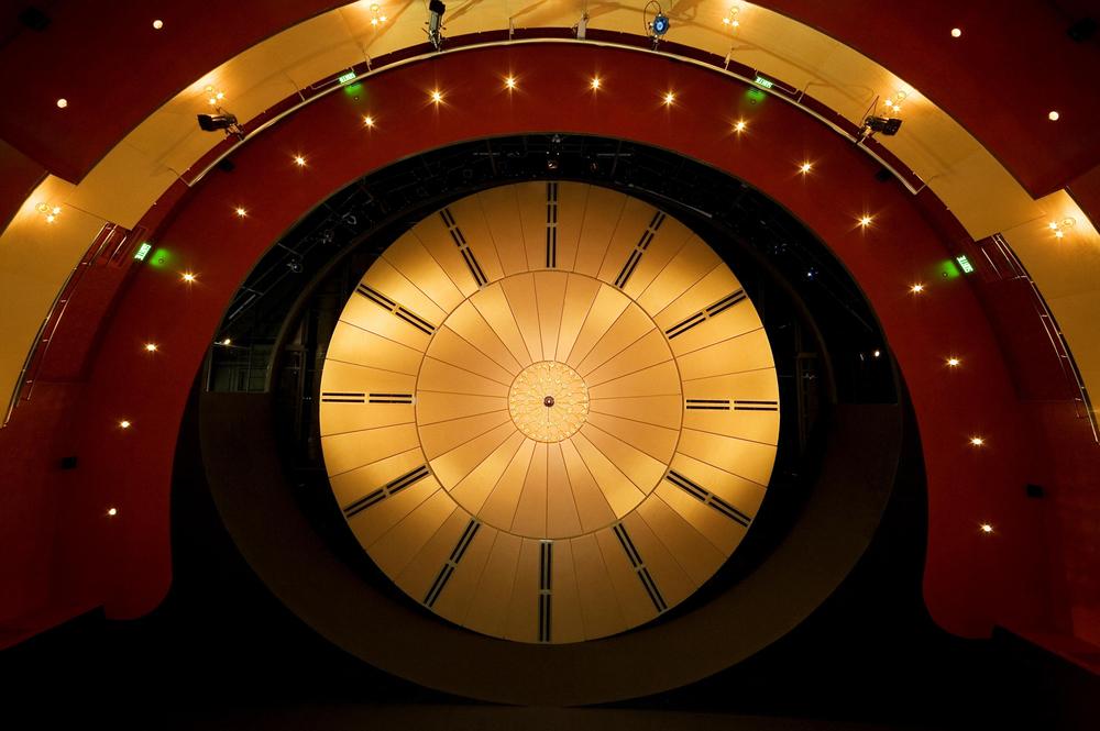 Plafond de la salle de spectacle recouvert d'un tissu or. Crédit photo © Marc Gibert – adecom.ca