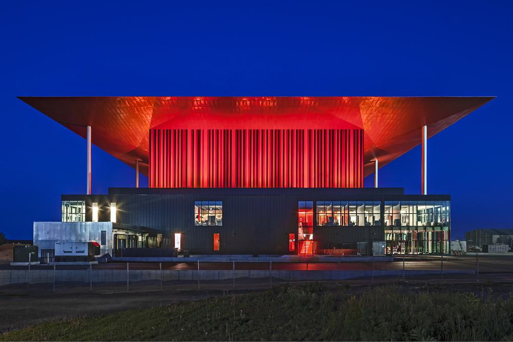 Photo de la façade nord de l'amphithéâtre prise le 6 juin 2015. Résultat final du choix de couleur. Crédit photo © Marc Gibert – adecom.ca