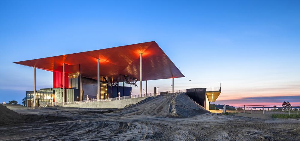 Photo de l'amphithéâtre prise le 6 juin 2015 montrant le soffite RAL 3004 au lever du jour. Crédit photo © Marc Gibert – adecom.ca