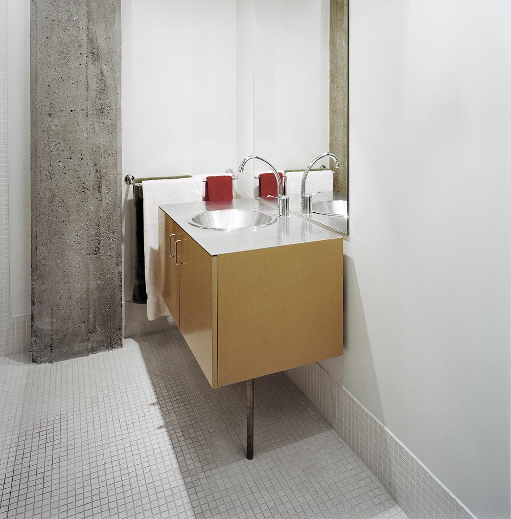 Mobilier de salle de bain et carrelage blanc. Crédit photo © Marc Cramer