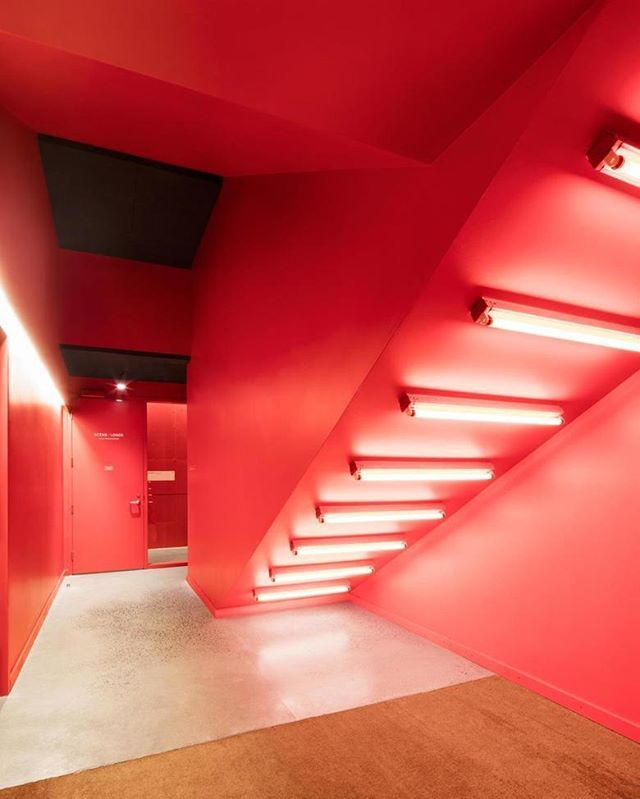 Entrée des artistes de l'Amphithéâtre Cogeco / Stage door Nous avons utilisé le rouge et l'éclairage pour dynamiser l'expérience à l'entrée. #adrienwilliams #amphitheater #amphitheatrecogeco #architecture #architecturephotography #auditorium #design #interiorarchitecture #lighting #troisrivieres #tourismetr
