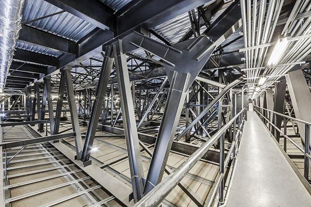 Vue à l'intérieur du grand toit de l'Amphithéâtre Cogeco. Les fermes de structure de6 mètres de hauteurpermettent de dissimuler un réseau de passerelles techniques. © photo Marc Gibert #amphitheater #amphitheatre #amphitheatrecogeco #architecture #interiorarchitecture #tourismetr #troisrivieres