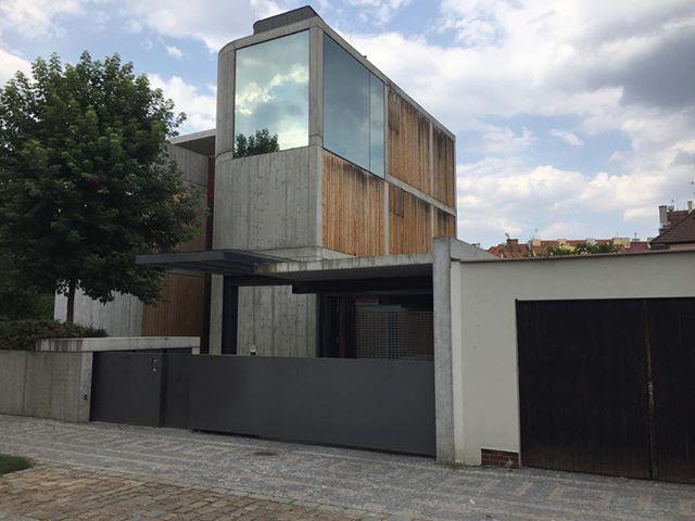 Magnifique maison à Prague en bois, béton et verre. Une excellente proportion verticale qui donne le goût d'y entrer.