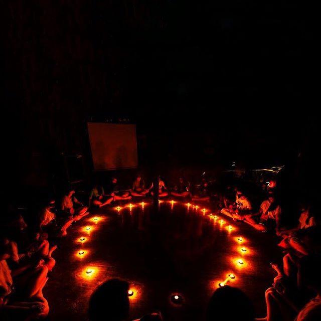 """Quien viene este sábado 24 nov a mi círculo shamanico """"Canalizar la Energía vortex?"""" un taller de 3 horas, por primera vez en Barcelona. El objetivo es apoyar a los participantes en su proceso de transformación, sanación, y curación de algo que quieren cambiar en su vida. . Primero, aprenderemos la teoría de la energía vortex: Que es? De donde viene? Para que sirve? y Como puede ayudara a los seres humanos a transformar su vida.  Segundo, cada uno podrá compartir en el círculo algo que desea cambiar.  Puede ser un patrón emotivo, un problema físico o emocional, financial o otro.  Después, tendrá lugar una ceremonia energética que ayudará a los participantes a desarrollar sus capacidades de transformación personal.  Acabaremos compartiendo maneras de seguir desarrollando estas capacidades en casa con una práctica diaria.  Haga click en el enlace de mi perfil para saber más y unirse!  Hasta mañana!  #personalgrowth #embodiment #vortex  English version. . Saturday 24 nov I'll be holding """"channelling vortex energy"""", a workshop, for the first time in Barcelona.  This 3-hour workshop will be focused on participants being supported in the transformation or healing of an issue they would like to see transform in their life.  This could be an emotional pattern, a money issue or something physical as well.  We will begin with a theoretical sharing on vortex energy, how it works and how it can help human beings transform.  We will then have a sharing circle in which each participant will have their own space to share and be supported in their healing.  We will then experience an energetic ceremony which will support each participant in developing their energetic abilities.  We will then close with some suggestions on how to create a daily practice which will help sustain this development at home.  More info at the link in my profile ⬆️⬆️ for more info."""