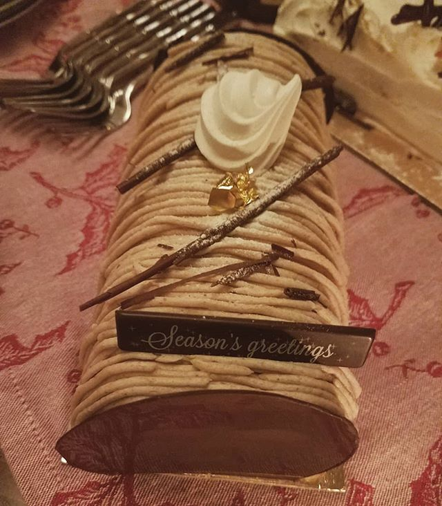 Merry Christmas one and all! Hope everyone is enjoying some great food and a little r&r. Sending our wishes via a montblanc flavored bûche de noël from Cannelle Patisserie 🎄🍰⭐