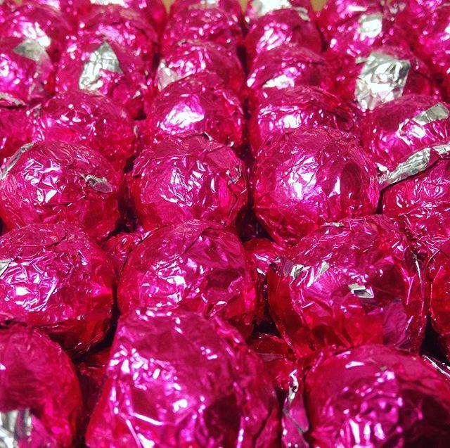 Unsere Lieblingspraline hübsch verpackt ❤️ und deshalb natürlich in jeder CHOCOLATO Pralinen-Edition zu finden... #pralinen #handwerkskunst #colourful #chocolatelovers #schokoladenhimmel #weihnachtspralinen #corportestyle #premium #handmadegifts