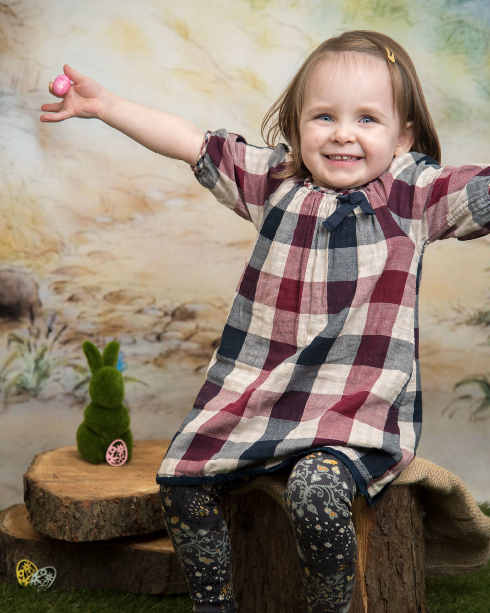 baby_photography_Ely_Cambridgeshire_easter_mini_session_pooh_themed_backdrop_girl_holding_arms_out.jpg
